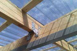 Световое окно из профилированного поликарбоната в крыше промышленного помещения