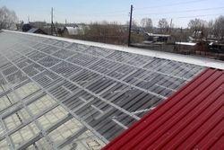 Скатная прозрачная крыша промышленного здания из профилированного поликарбоната
