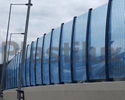 Современное ограждение из поликарбоната синей цвета